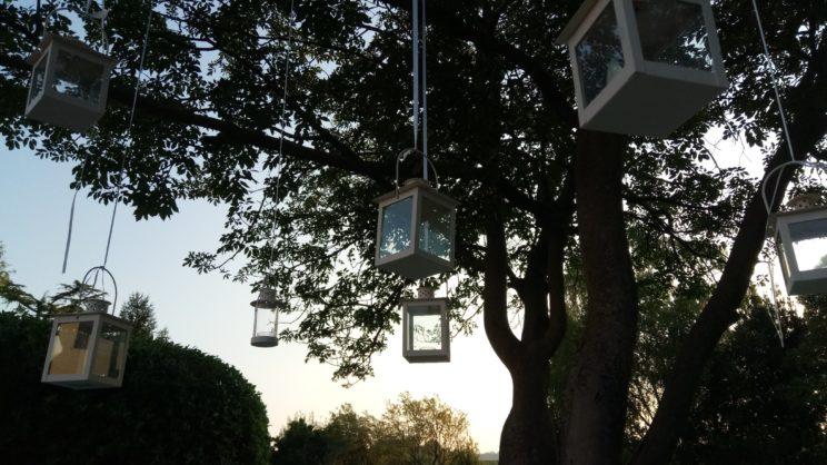 Lanterne decorano il parco